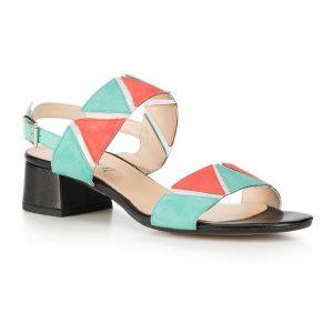 Sandały skórzane na niskim słupku z kolorowymi wstawkami.